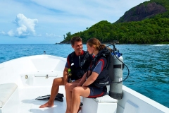 couple-going-diving-1050x700